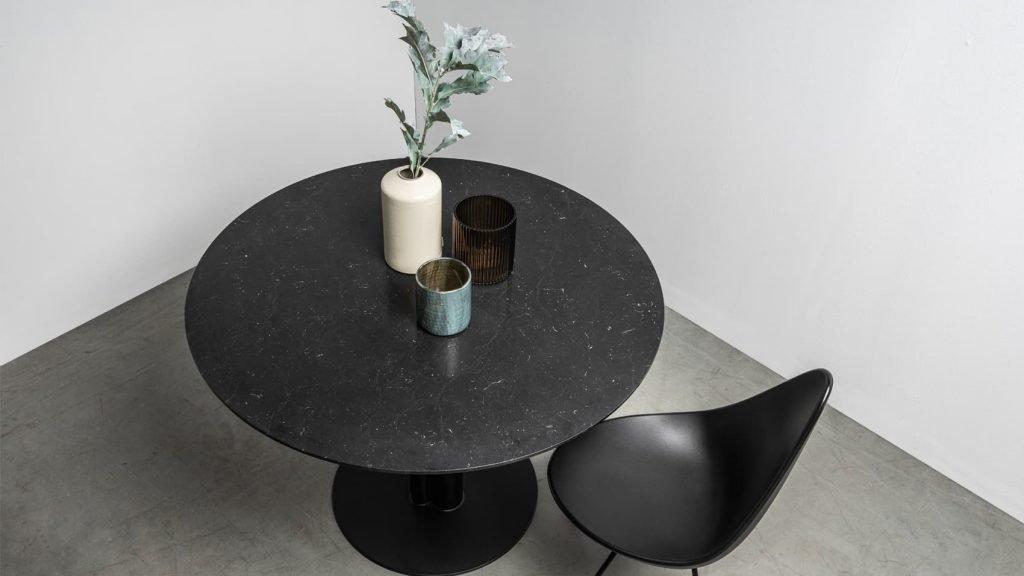 Stol Moon od Hoom. Czarny okragly stol wykonany z marmuru nero marquina.