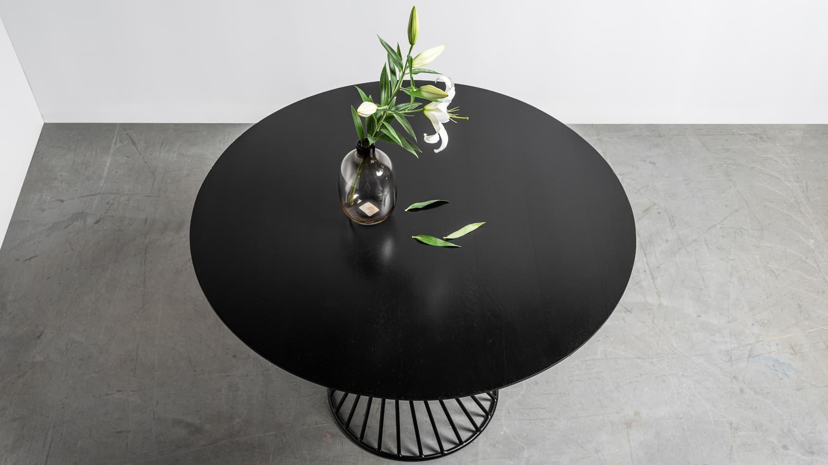 Czarny, okragly debowy stol na spiralnej podstawie. Stol Oliver od Hoom