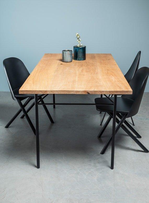 debowy stol z postarzanym blatem na delikatnej stalowej podstawie