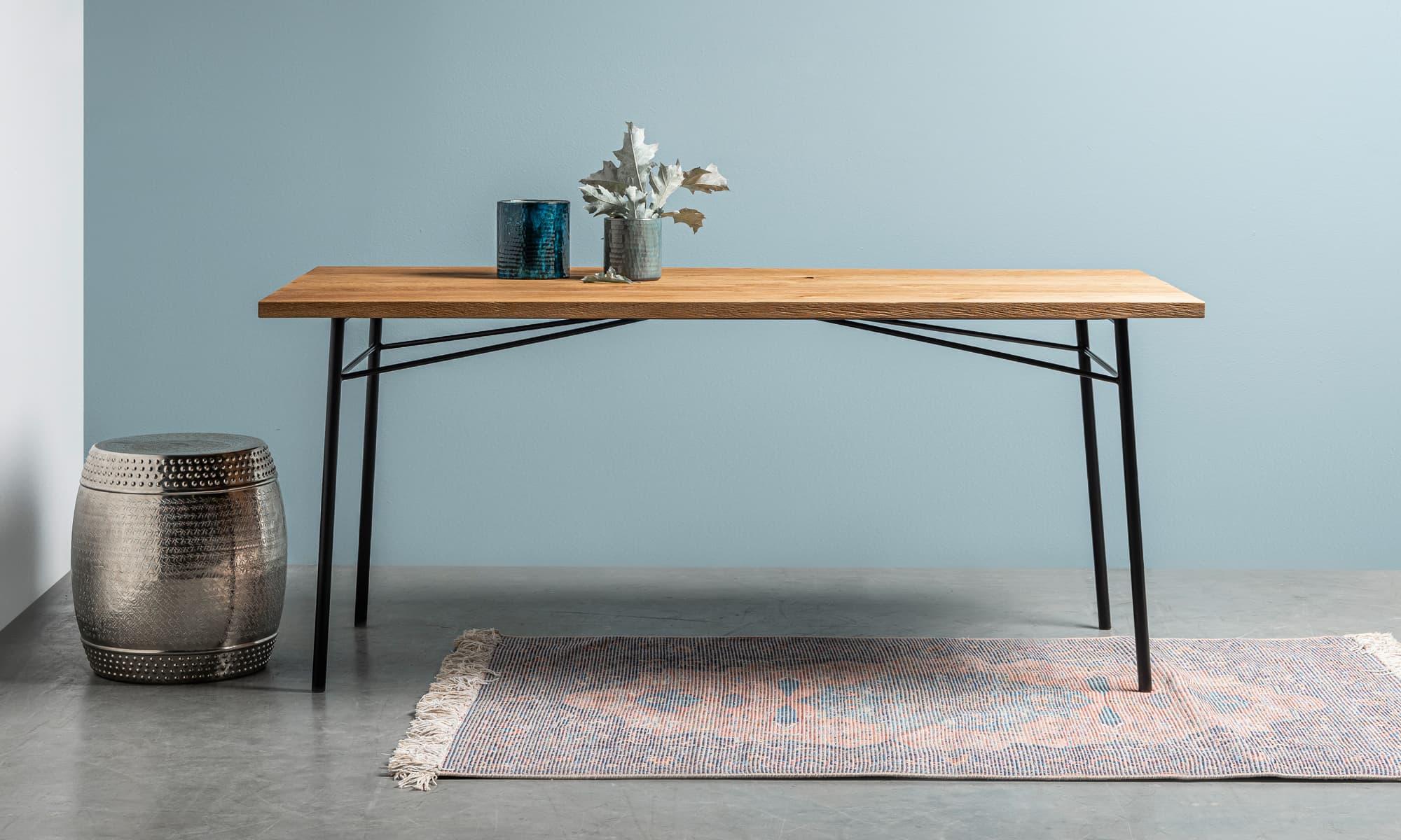 stol debowy z postarzanym blatem i delikatnymi nóżkami