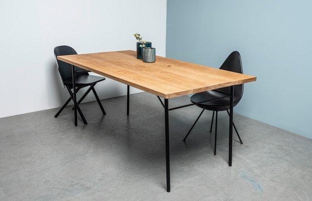 stol z postarzanym blatem na stalowych nogach