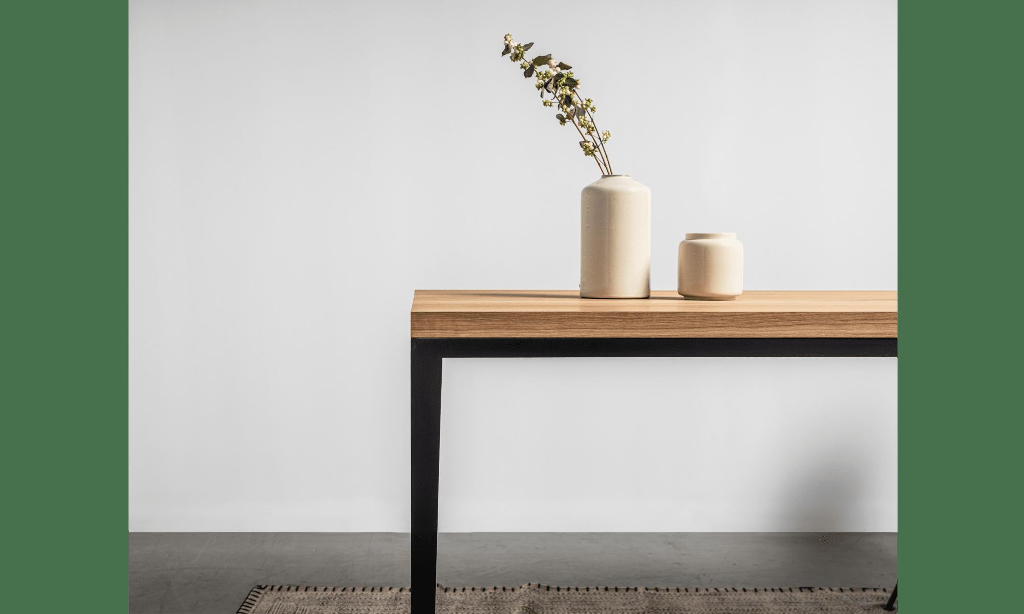 minimalistyczny stol z litego drewna