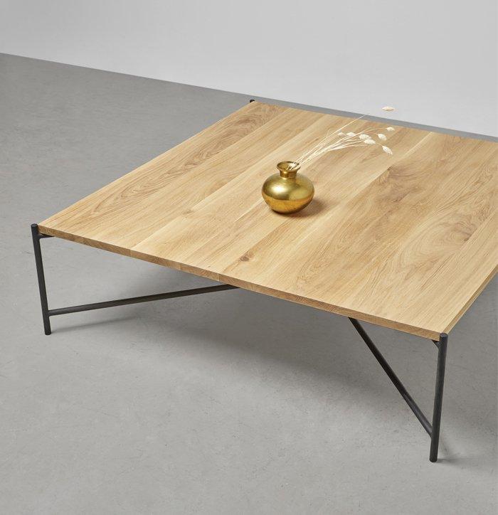 stolik na stalowej podstawie